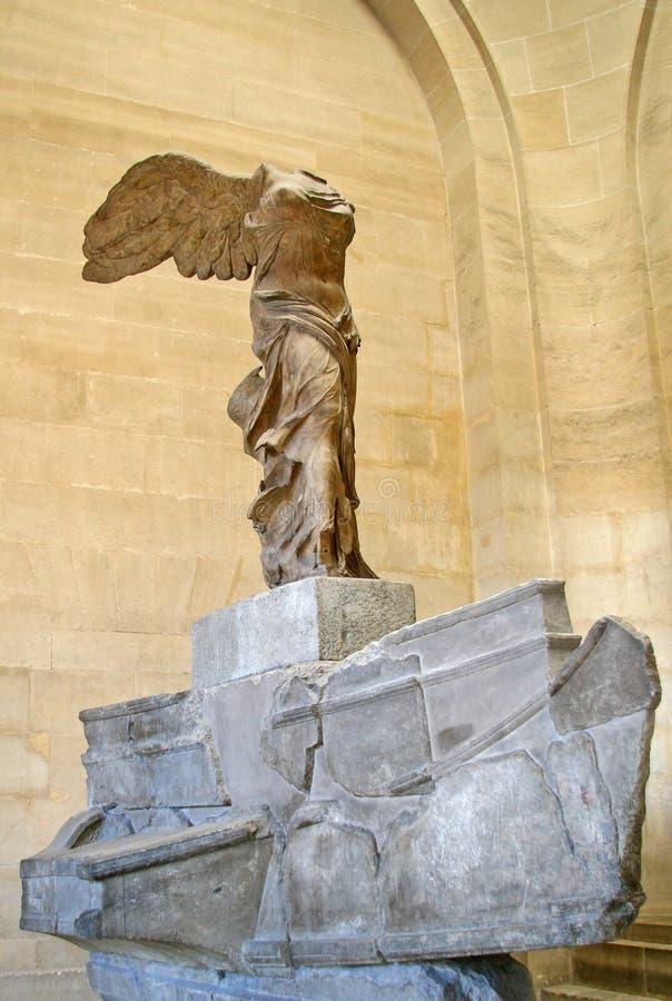 france paris Den bevingade segern av Samothrace som kallas också Nike av Samothrace i Louvremuseet fotografering för bildbyråer