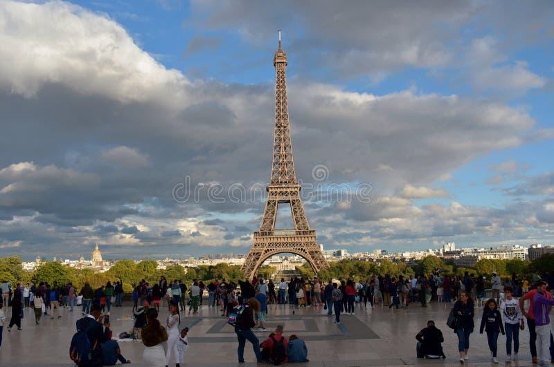 france paris Eiffel står hög från Trocadero Synvinkel som trängas ihop med turister Regnig dag solnedgångljus med skuggor royaltyfri fotografi