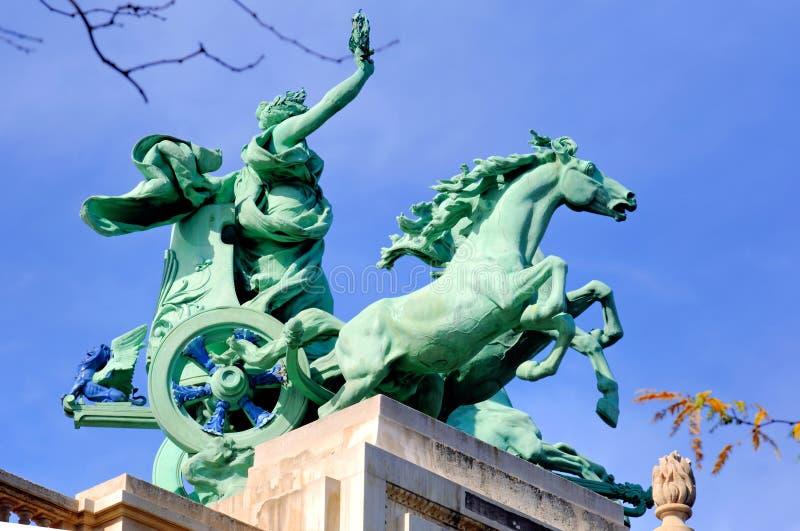 France, Paris; Estátua grande do telhado de Palais imagem de stock royalty free