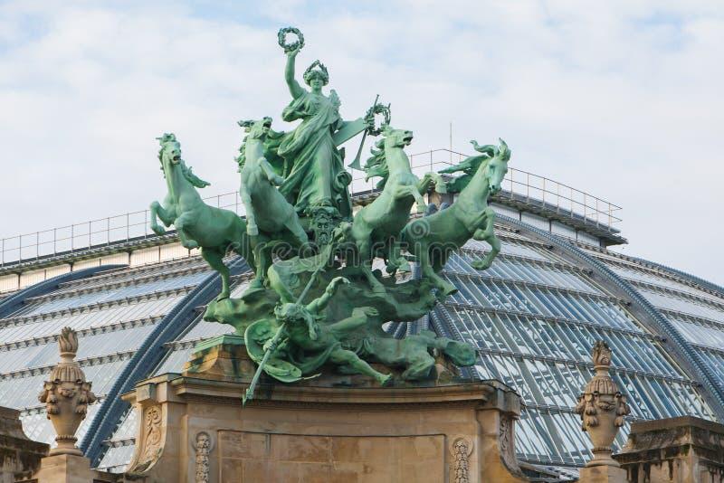 france paris Groupe sculptural sur le palais grand de façade image stock