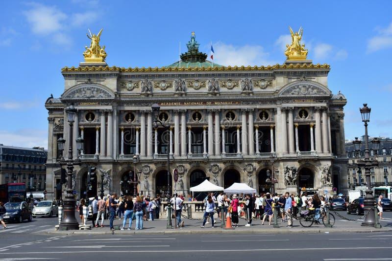 france paris Opera Garnier, Palais Garnier Augusti 2018 Periodfilmfilmmaking och turister som tränger ihop monumentet fotografering för bildbyråer