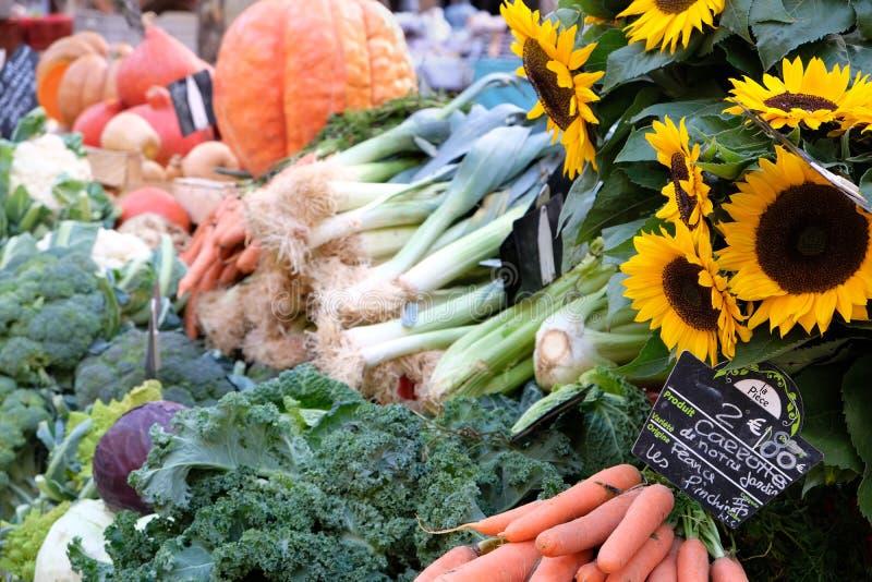 Frances de la Provence de stalle du marché d'agriculteurs avec les légumes et le sunflow photos stock