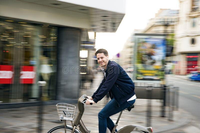 Frances, Paris : Le 5 août 2017 : un homme monte un vélo autour de Paris photos libres de droits