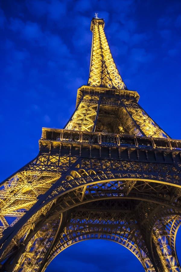 Frances - Paris - Tour Eiffel admirablement illuminé au crépuscule image stock