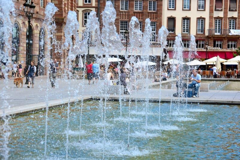 Frances, Strasbourg - 7 juillet 2013 : Fontaine sur la place centrale photo libre de droits
