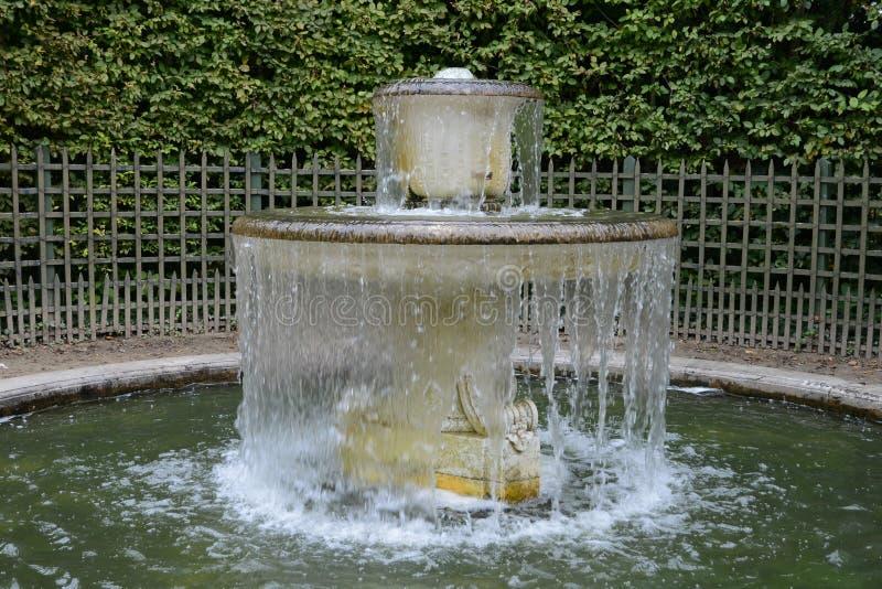 Frances, une fontaine en parc de palais de Versailles photographie stock libre de droits