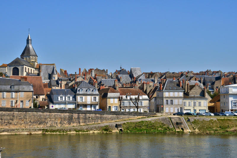 Frances, ville pittoresque de sur la Loire de Charite de La dans la Bourgogne photos libres de droits
