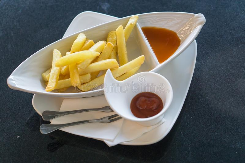 Francese Frie e ketchup al ristorante fotografia stock libera da diritti