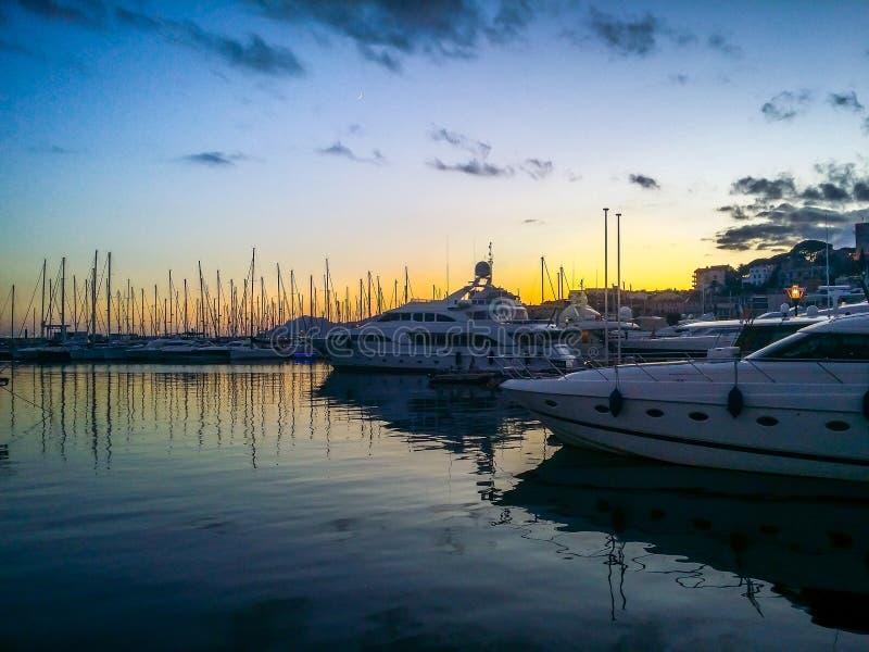Francese Riviera di Cannes al tramonto immagine stock