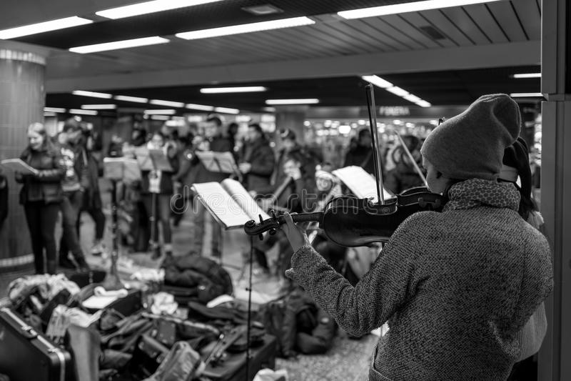 Francfort, Alemania - 9 de diciembre: La muchacha no identificada toca el violín como parte de un concierto de la Navidad en la F imágenes de archivo libres de regalías