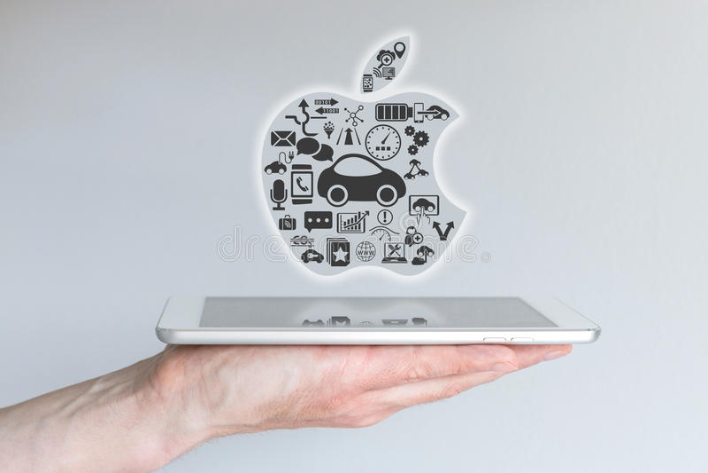 Francfort, Alemania - 25 de octubre de 2015: Mano masculina que sostiene la tableta del iPad con el concepto de Apple iCar ilustración del vector