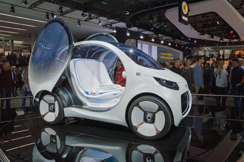 FRANCFORT, ALEMANIA - 17 DE SEPTIEMBRE DE 2017: Vision elegante EQ Fortwo, coche autónomo del concepto, en el salón del automóvil foto de archivo libre de regalías