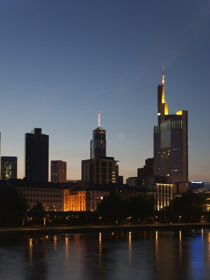 Francfort, Alemania: distrito financiero en la noche fotos de archivo