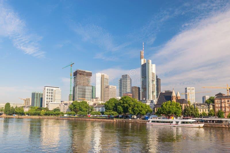 Francfort Alemania, horizonte de la ciudad en el río principal imagen de archivo libre de regalías