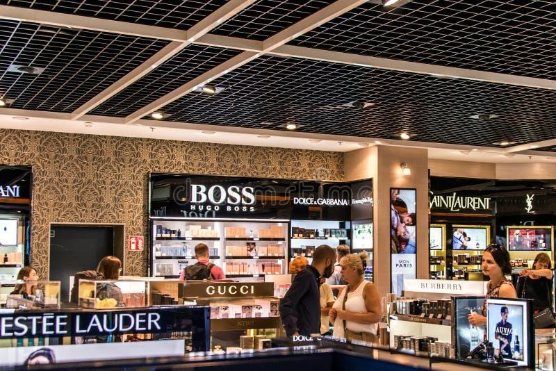 Francfort, Alemania 29 09 2017 tiendas con franquicia en el aeropuerto alemán duesseldorf con diversas mercancías de lujo imagen de archivo