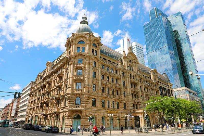 FRANCFORT, ALLEMAGNE - 13 JUIN 2019 : Succursale bancaire de Commerzbank dans la rue de Gallusanlage avec des gratte-ciel de Gali photographie stock libre de droits
