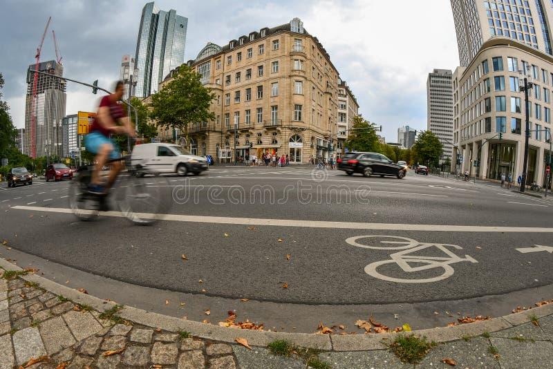Francfort, Hesse/Allemagne - 07-22-2018 : Un cavalier de bicyclette faisant un cycle sur une ruelle de vélo image stock