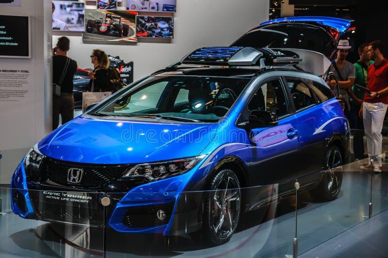 FRANCFORT - SEPT. DE 2015: RRPP activas del concepto de la vida del Tourer de Honda Civic foto de archivo