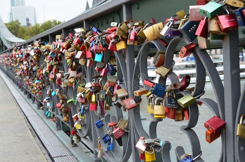 Francfort sur Main, cadenas sur le pont comme marque d'amour image stock