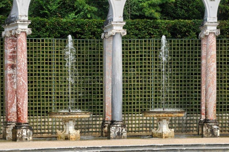 Francia, arboleda de la columnata en el palacio de Versalles imagen de archivo