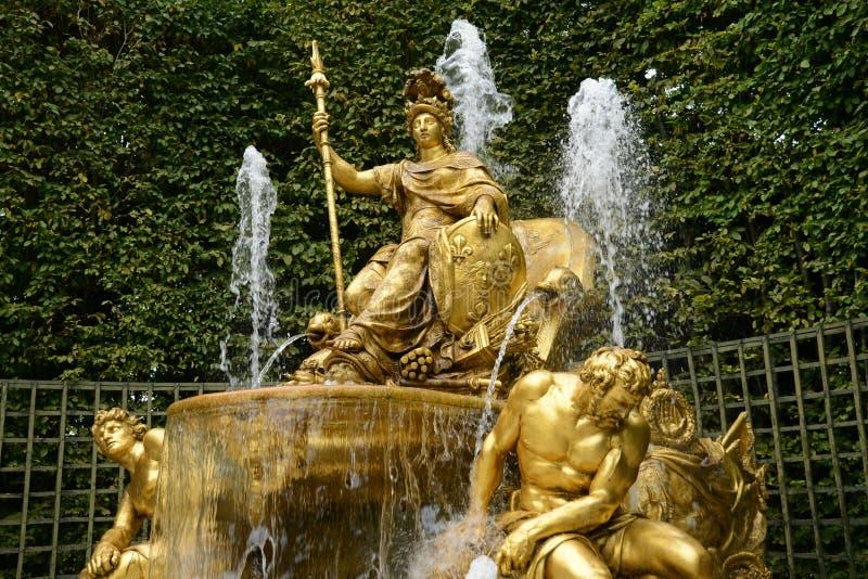 Francia, arboleda del arco triunfal en parque del palacio de Versalles fotografía de archivo libre de regalías