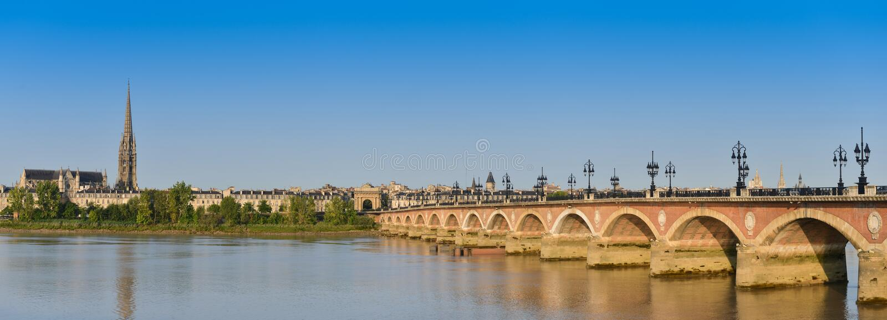 Francia, Burdeos, 33, puente de Pierre e iglesia del Saint Michel foto de archivo libre de regalías
