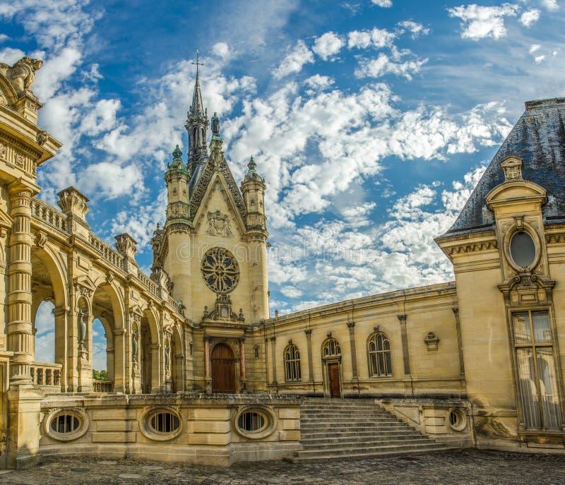 FRANCIA CHANTILLY EL 2018 DE AGOSTO: vista de una pequeña iglesia en el castillo de Chantilly de Francia Es un castillo histórico fotografía de archivo libre de regalías