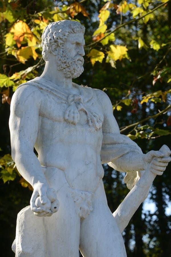 Francia, estatua de mármol en el parque del palacio de Versalles foto de archivo