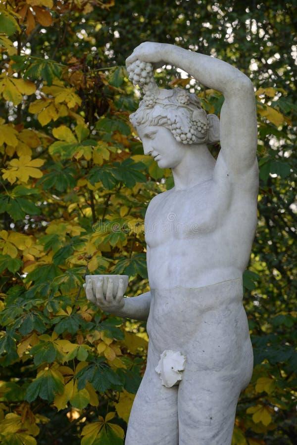 Francia, estatua de mármol en el parque del palacio de Versalles fotografía de archivo libre de regalías