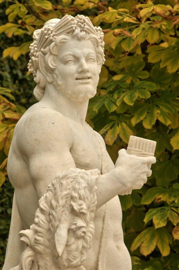 Francia, estatua de mármol en el parque del palacio de Versalles fotografía de archivo