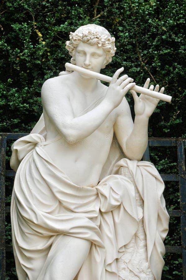 Francia, estatua en arboleda de las bóvedas en el parque de palacio de Versalles fotografía de archivo