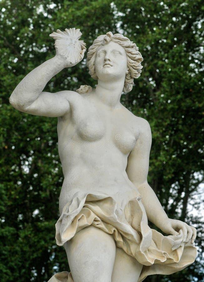 Francia, estatua en el parque del palacio de Versalles fotografía de archivo libre de regalías