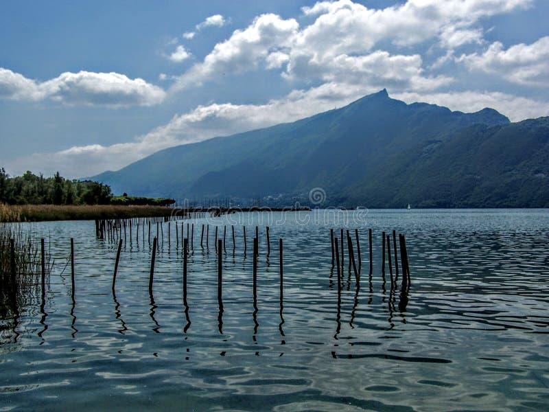 Francia, lago annecy, vista del lago hermoso fotografía de archivo