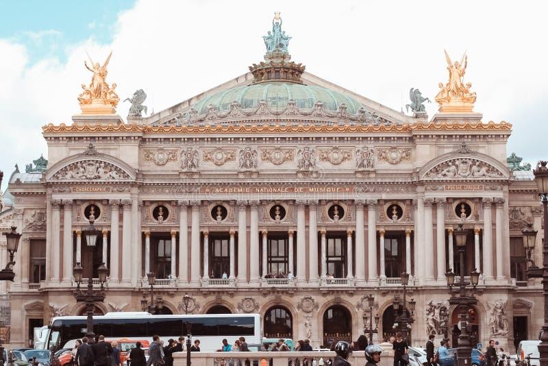 Francia, París - 17 de junio de 2011: Fachada de la ópera fotos de archivo