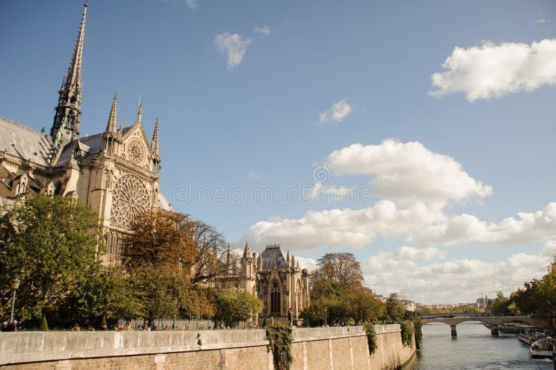 FRANCIA, PARÍS - 20 DE OCTUBRE DE 2017: Catedral de Notre Dame de Paris en el día soleado cerca del Sena fotografía de archivo