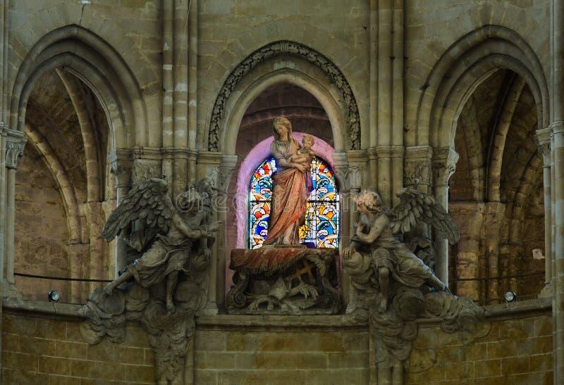 FRANCIA SENLIS EL 2018 DE AGOSTO: interiores de la catedral en la ciudad de Senlis de Francia Es parte de la provincia de l 'Oise fotografía de archivo