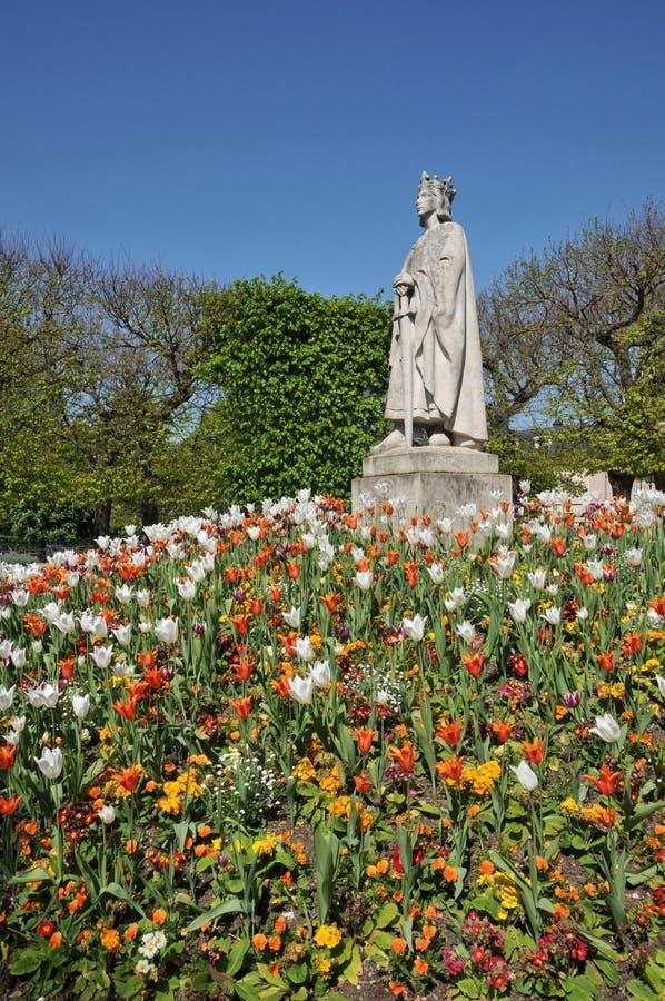 Francia, una estatua de Louis 9 en Poissy en Les los Yvelines imagen de archivo libre de regalías