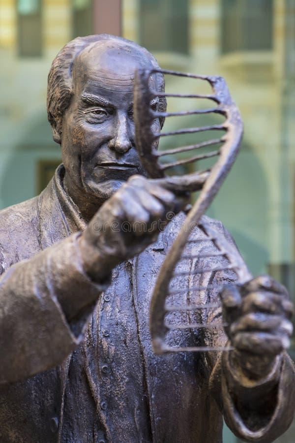 Francis Crick Statue in Northampton lizenzfreies stockfoto
