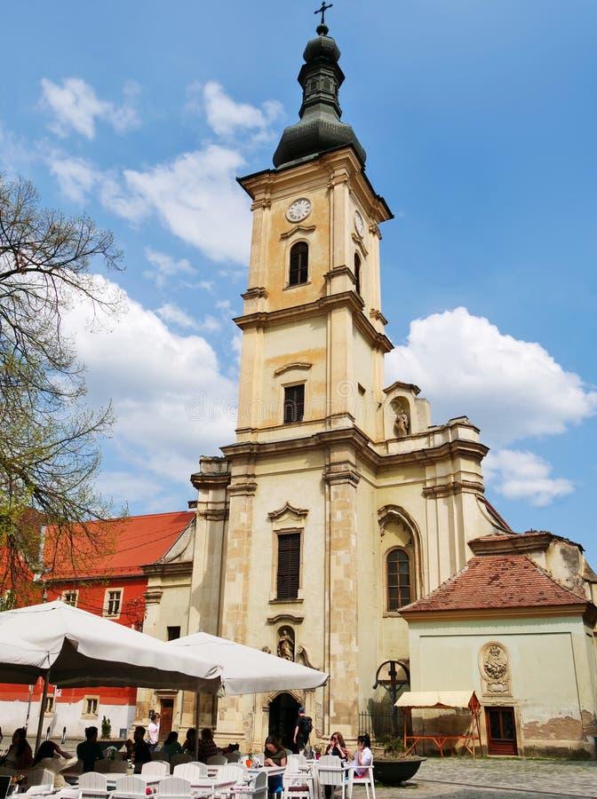 Franciscan kyrka i museumfyrkanten i Cluj-Napoca royaltyfri fotografi