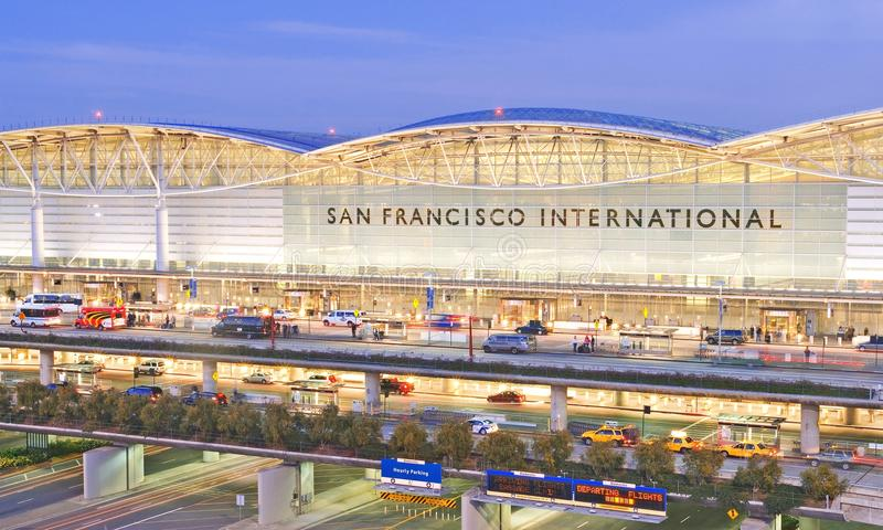 Francisco-internationaler Flughafen an der Dämmerung stockfoto