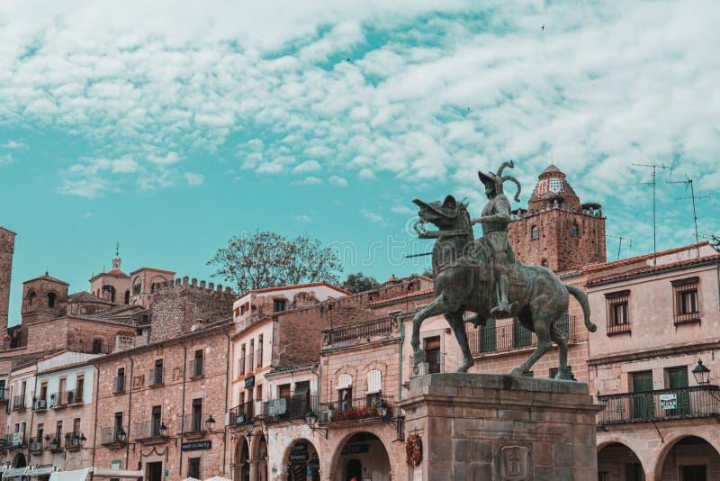 Francisco Pizarro-standbeeld in het belangrijkste vierkant van Trujillo, Caceres, Extremadura, Spanje royalty-vrije stock afbeelding