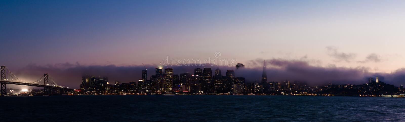 Francisco-Skyline an der Dämmerung stockbilder