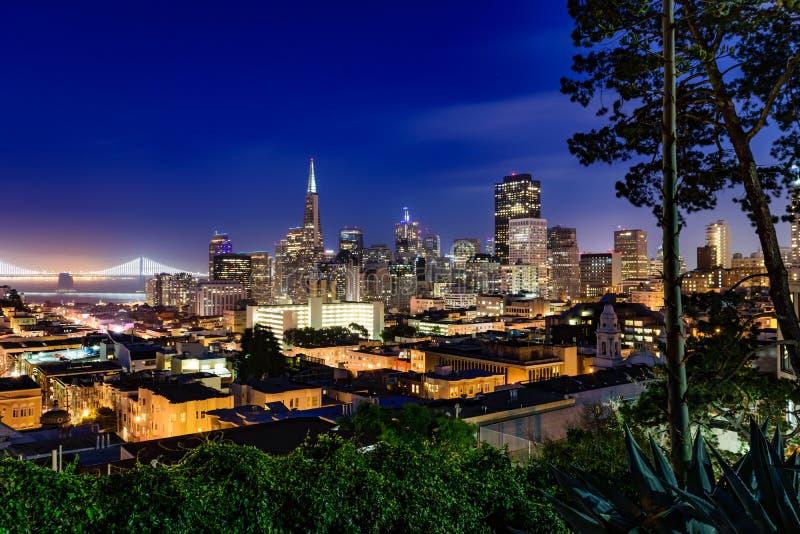 Francisco-Skyline an der Dämmerung lizenzfreie stockfotografie