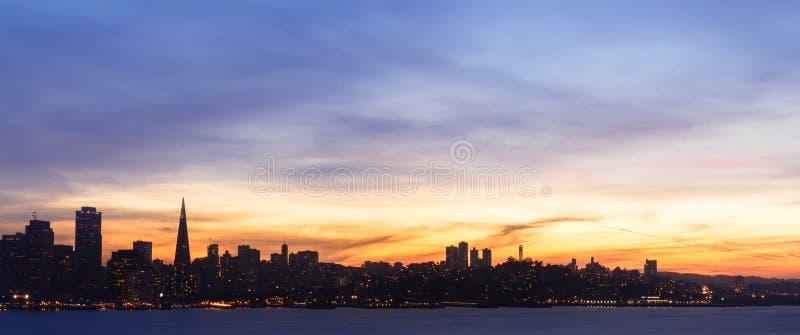 Francisco-Skyline am Sonnenuntergang lizenzfreie stockfotos