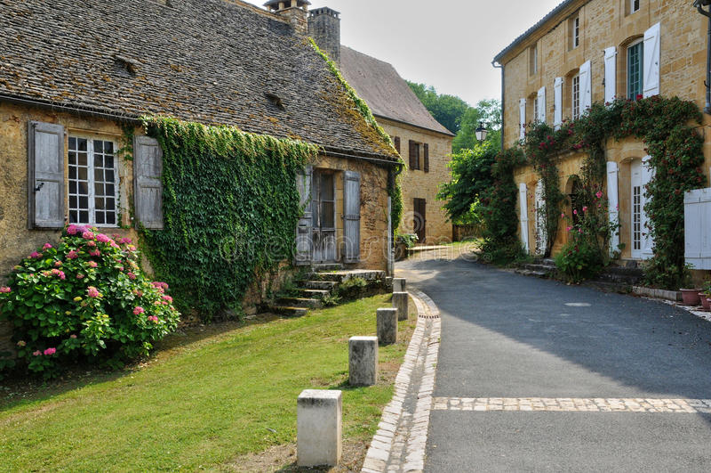 Francja, malownicza wioska Świątobliwi Genies w Dordogne zdjęcia royalty free