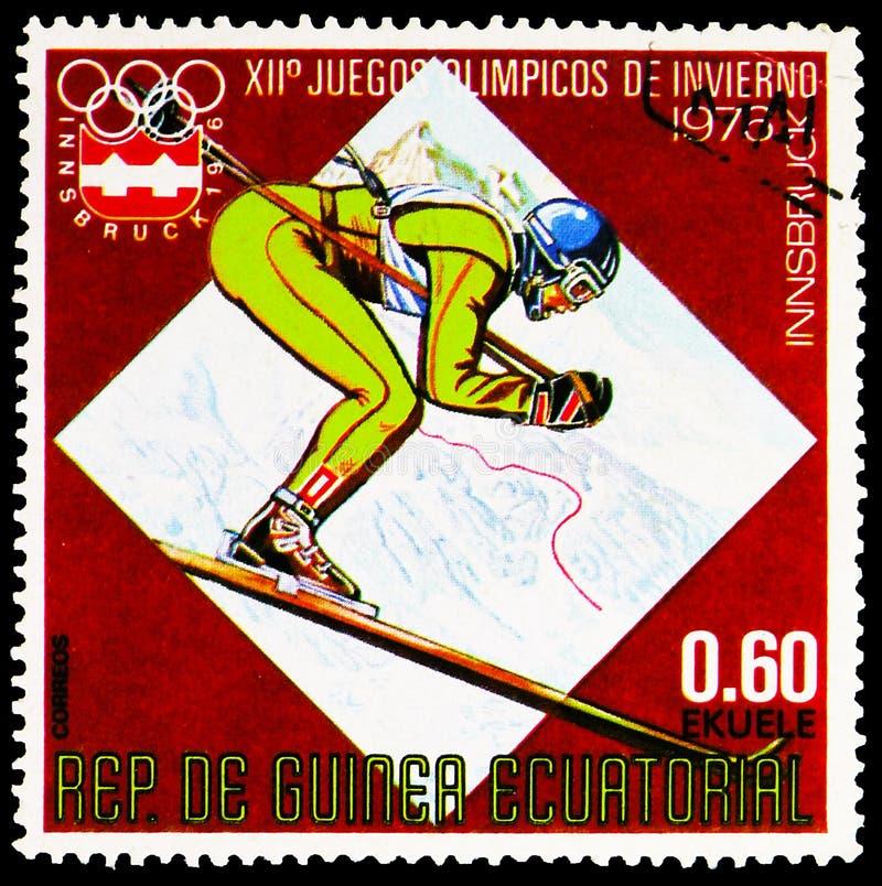 francobollo pubblicato nella Guinea Equatoriale mostra Downhill Skiing, Winter Games 1976, Innsbruck Series, circa 1976 fotografia stock