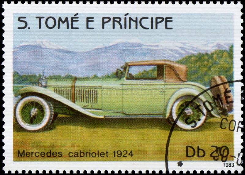 Francobollo stampato nella S Il tomo e Principe mostra ad immagine di retro cabriolet di Mercedes dell'automobile 1924 anni di ri immagini stock libere da diritti
