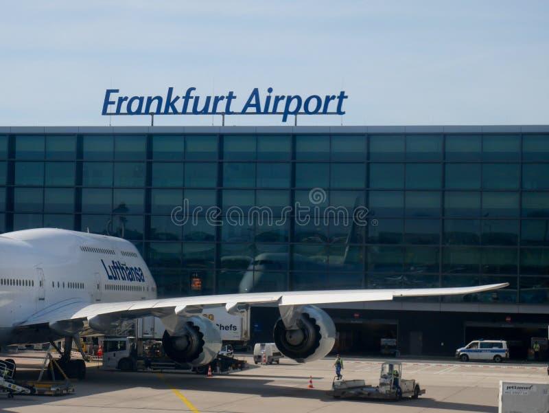 Francoforte - 1º de junho de 2019: LH 404 do voo de Lufthansa Boeing 747 a New York na porta imagem de stock royalty free