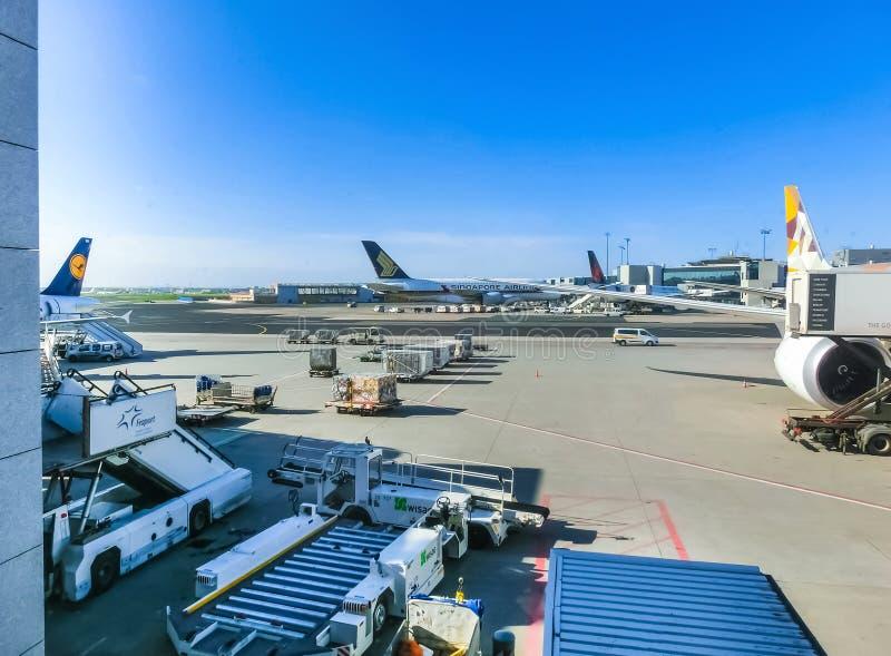 Francoforte, Alemanha - 28 de abril de 2018: Aviões no aeroporto internacional de Francoforte foto de stock