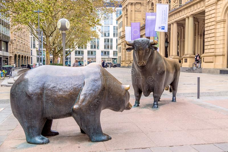 Francoforte, Alemanha - em novembro de 2018: Escultura do urso e da Bull perto da construção de bolsa de valores de Francoforte imagem de stock royalty free